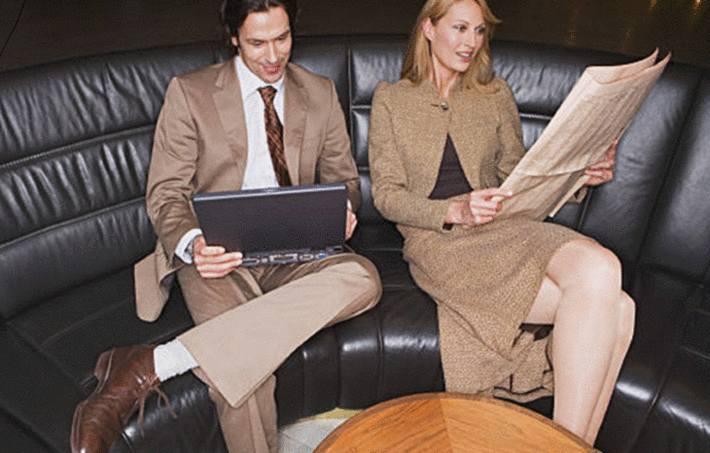 un couple assis sur un canapé similicuir