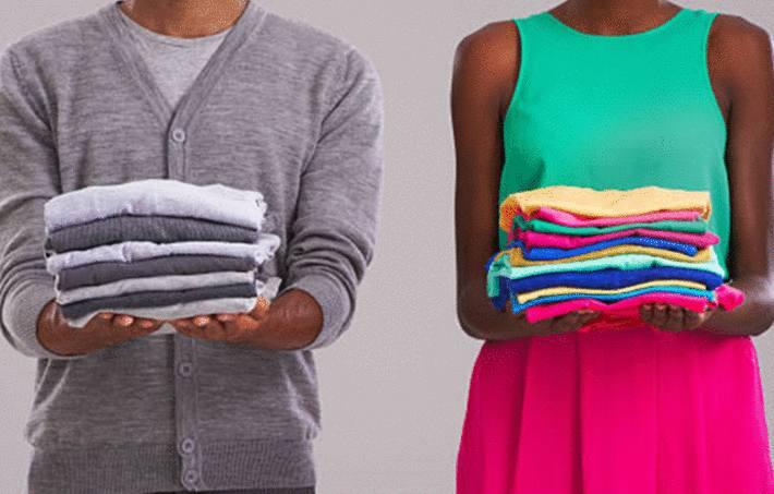un homme et une femme porte une pile de vêtement bien pliés