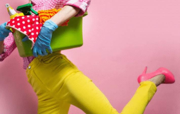 femme qui court nettoyer une tache avec des produits nettoyants