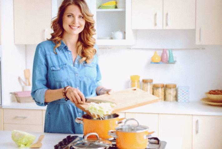 une femme est en train de faire cuire une soupe au chou